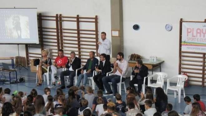 Un momento di un incontro tra scolari e sportivi degli anni passati