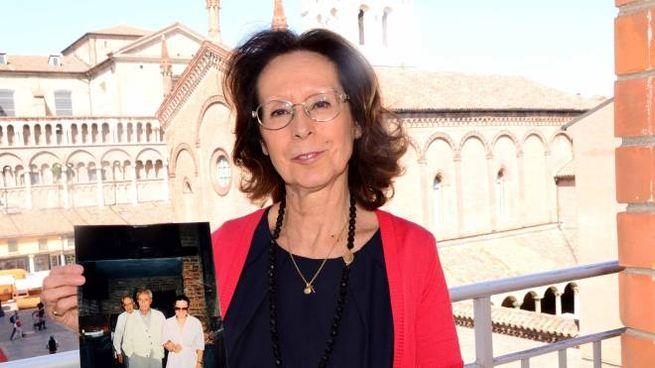 Elisabetta Antonioni mostra una foto che la ritrae assieme allo zio Michelangelo