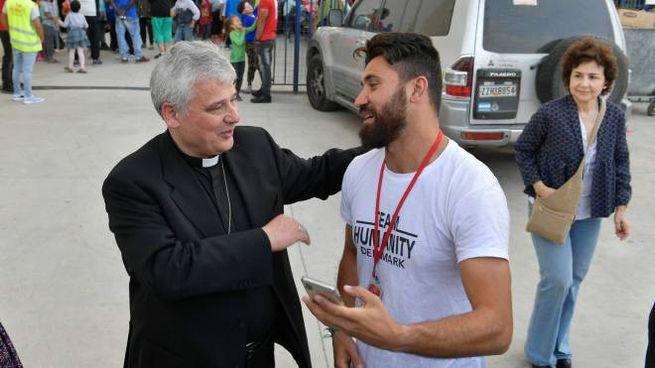 Cardinale Konrad Krajewski in visita a Lesbo (LaPresse)