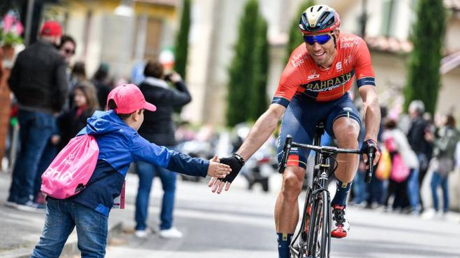 Giro d'Italia, il via da Vinci: Nibali dà il 5 a un baby tifoso (foto LaPresse)