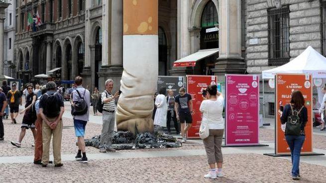 La maxi sigaretta che l'anno scorso fu installata in piazza della Scala a Milano per dire no al tabacco