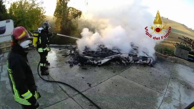 La roulotte in fiamme da cui sono scaturite le indagini