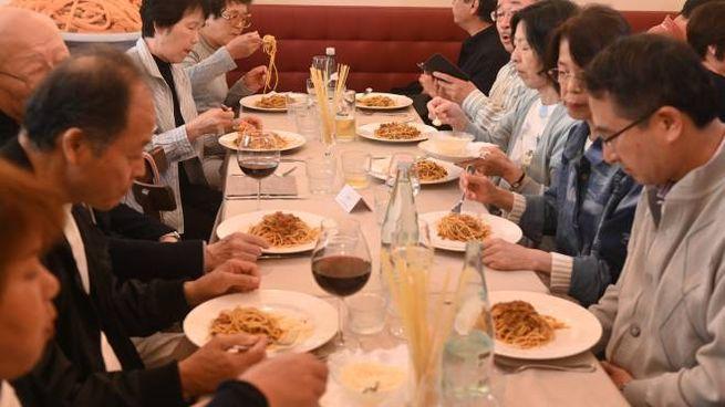 I turisti giapponesi gustano i loro spaghetti alle bolognese (Schicchi)
