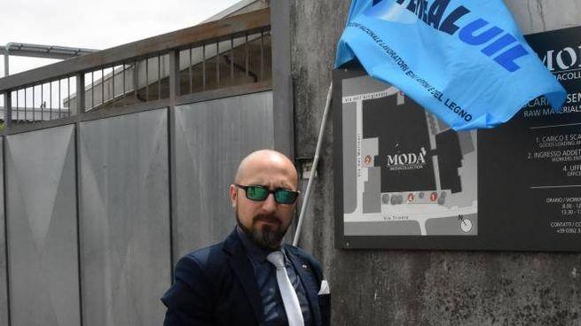 Andrea Baldo  della Feneal Uil davanti alla sede dell'azienda (Brianza)
