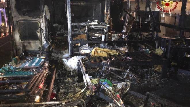 Una delle roulotte distrutte dall'incendio