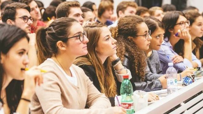 A LEZIONE La scuola non è solo luogo di apprendimento ma anche di educazione Il numero di contenziosi tuttavia è in costante aumento; in basso a destra Massimiliano Sambruna
