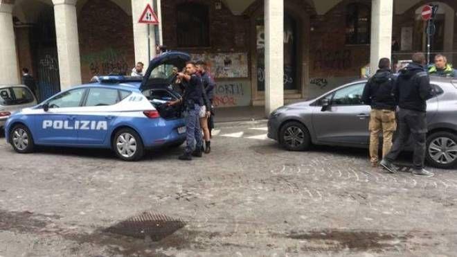 La polizia sul posto dopo l'accoltellamento in piazza Puntoni (FotoSchicchi)