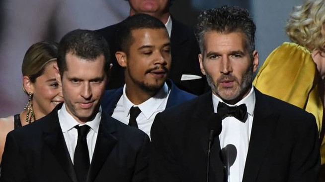D. B. Weiss (a sinistra) e David Benioff (a destra): dietro, il cast di 'Game of Thrones'