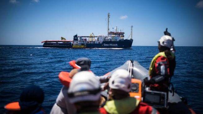 Una foto del soccorso ai migranti sul gommone (Ansa/Sea Watch/Twitter)