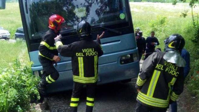 Il pullman finito fuoristrada recuperato dai vigili del fuoco  e gli alunni nelle foto di Giuliano Capece del Parmense.net