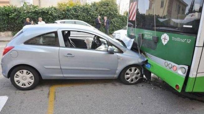 Il tamponamento fra auto e filobus