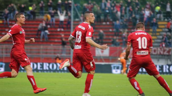 Il Monza festeggia la rete decisiva di Armellino