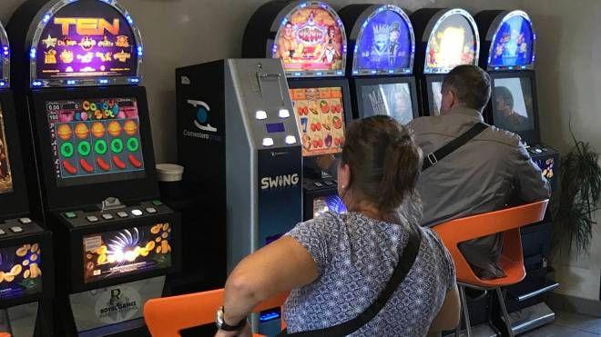 Alcuni giocatori in una sala slot