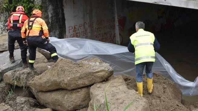 Il canale chiuso con sassi giganti che sarebbe all'origine dell'alluvione