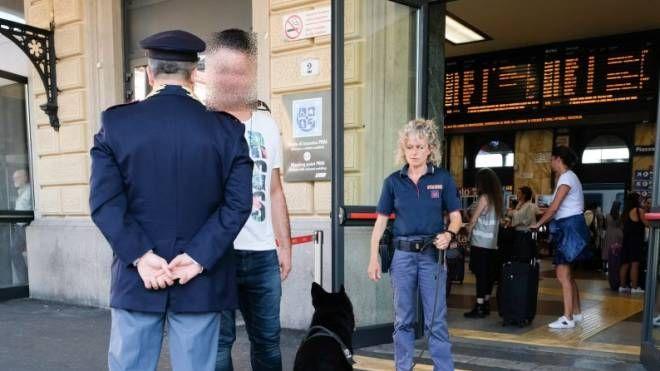 Controlli della PolFer in stazione a Bologna (foto Schicchi)