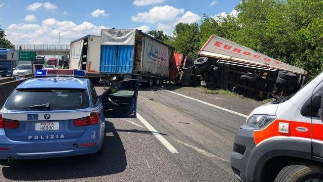 La polizia stradale e i due camion coinvolti nell'incidente