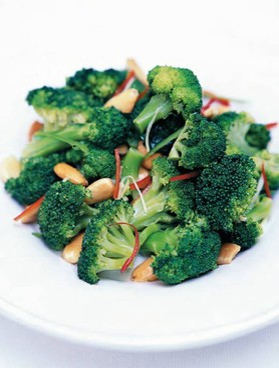Insalata di broccoli, mandorle e peperonicino