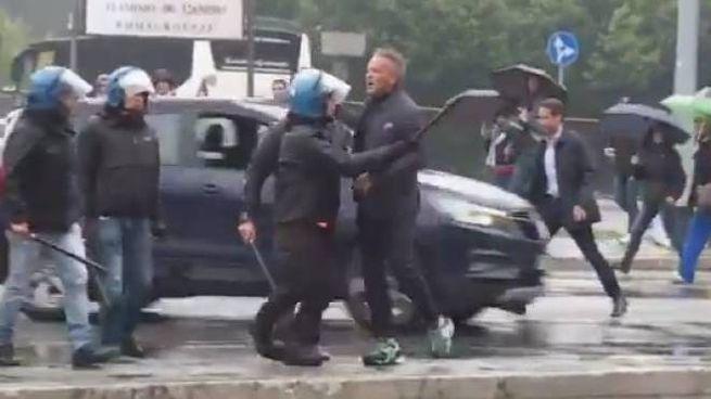 Mihajlovic trattenuto dagli agenti davanti all'Olimpico