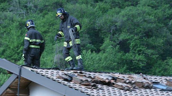 I vigili del fuoco sul tetto dell'abitazione andata a fuoco