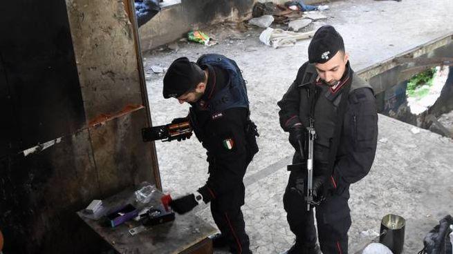 I carabinieri hanno ispezionato ogni anfratto dell'ex fabbrica abbandonata