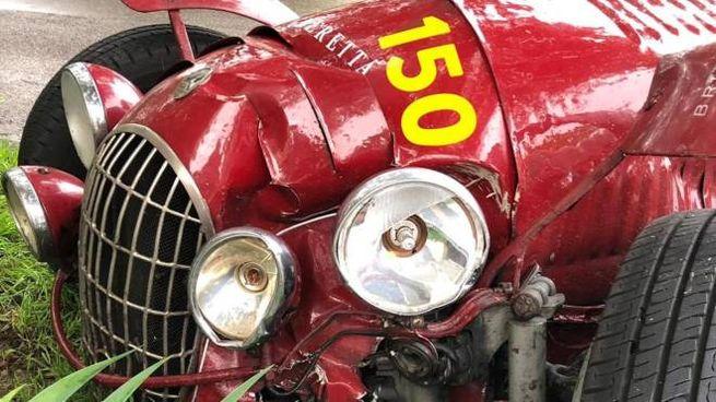 L'auto d'epoca danneggiata dopo l'incidente