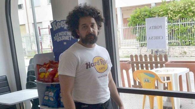 Giulio Gallo all'interno del bar OK davanti alla porta appena risistemata dopo la spaccata