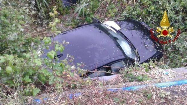 L'auto finita nel canale dopo l'incidente a La Torba