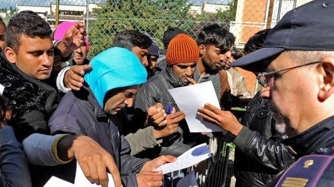 Profughi all'ufficio immigrazione della questura di Macerata (Calavita)