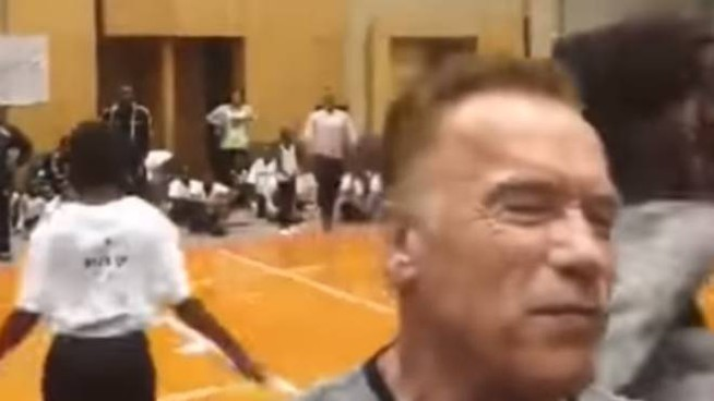 L'aggressione ad Arnold Schwarzenegger ripresa da un fan