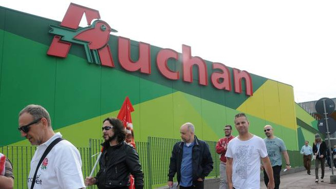 Uno sciopero al supermercato Auchan di Nerviano