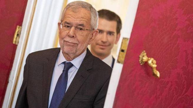 Il presidente austriaco Van der Bellen. Dietro di lui Kurz (Ansa)