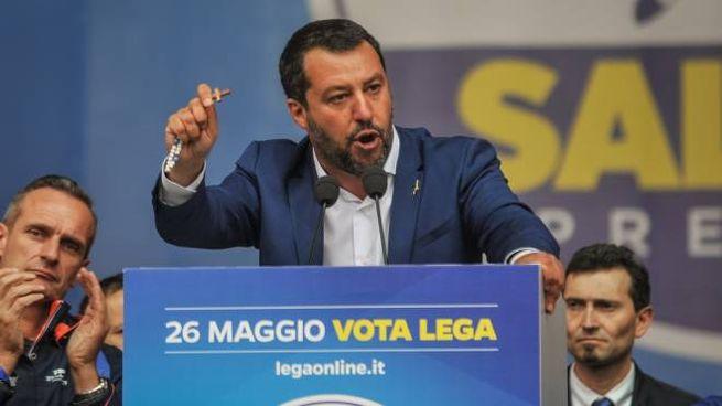 Matteo Salvini con il rosario in mano sul palco in piazza Duomo a Milano (Lapresse)