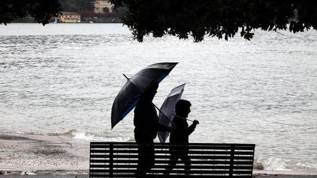 Le previsioni del tempo: ancora piogge. Sale il livello di Po e laghi (foto Ansa)