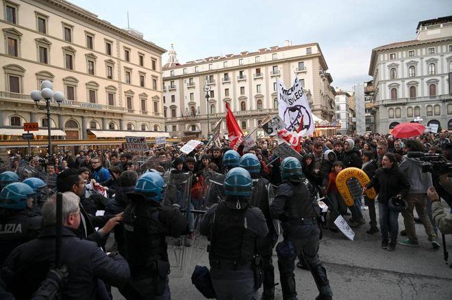 """Firenze, protesta contro Salvini: alta tensione.  Il vicepremier: """"Teppisti"""""""
