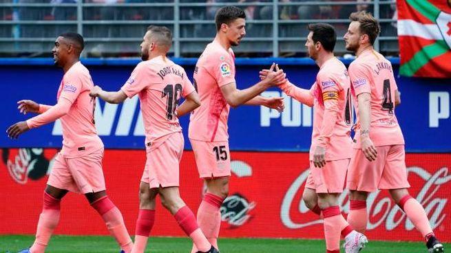 Messi in trionfo con i propri compagni