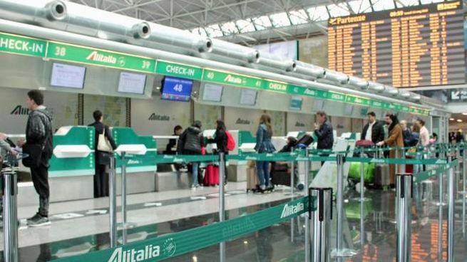 Passeggeri al check-in Alitalia a Fiumicino (Ansa)