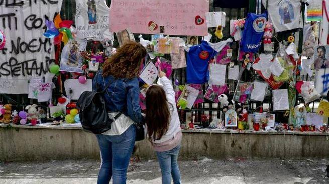 Messaggi e auguri di pronta guarigione per Noemi davanti all'Ospedale Santobono di Napoli