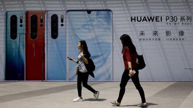 Pubblicità di smartphone Huawei a Pechino (Ansa)