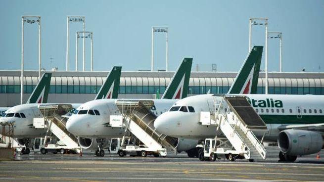Aerei Alitalia in sosta nello scalo di Fiumicino (Ansa)