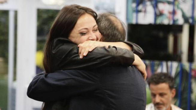 Martina Nasoni abbraccia il padre Mauro (Endemol Shine Italy)