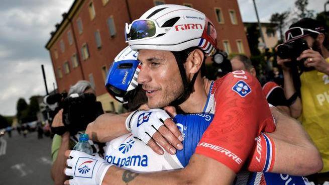 Arnaud Demare abbraccia Jacopo Guarnieri (LaPresse)