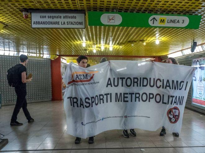 """Milano, blitz """"Atmnontipago"""" contro l'aumento dei biglietti: tornelli bloccati / FOTO"""
