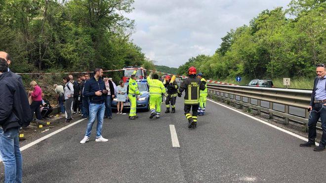 Gravissimo incidente sull'Autopalio, bus finisce nella scarpata: un morto
