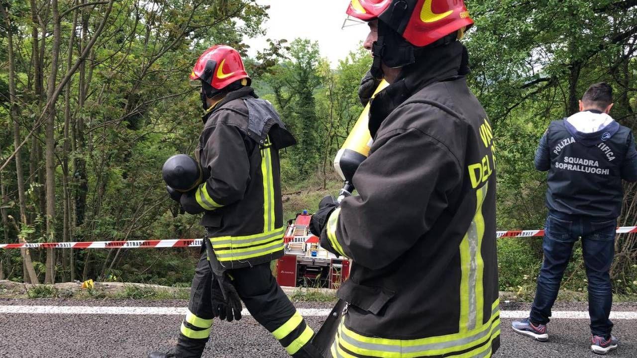 Gravissimo incidente sull'Autopalio, bus precipita nella scarpata: morta una donna