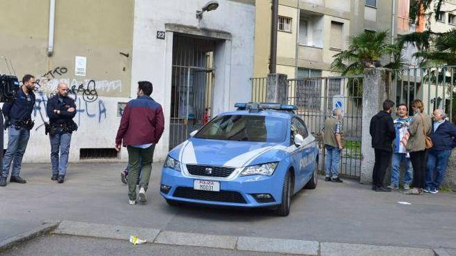 Polizia davanti alo stabile di via Ricciarelli 22 (Newpress)
