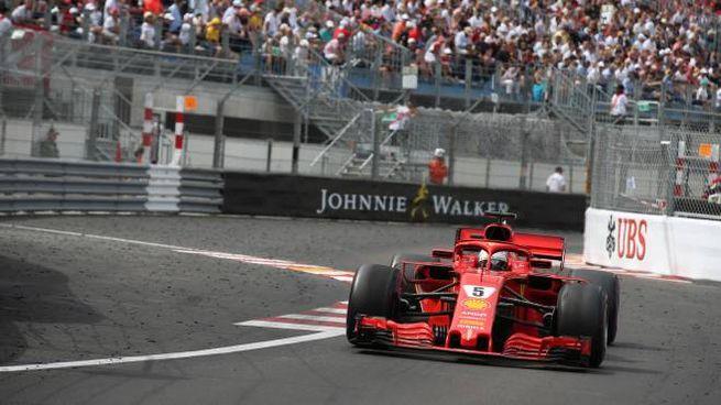 Sebastian Vettel tra i muretti del Principato (Lapresse)