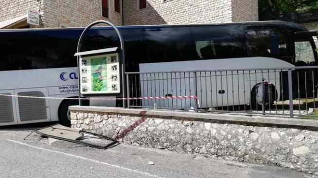 La scena dell'incidente di Cascia (Foto Ansa)