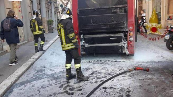 L'autobus andato in fiamme in centro a Roma (Ansa)