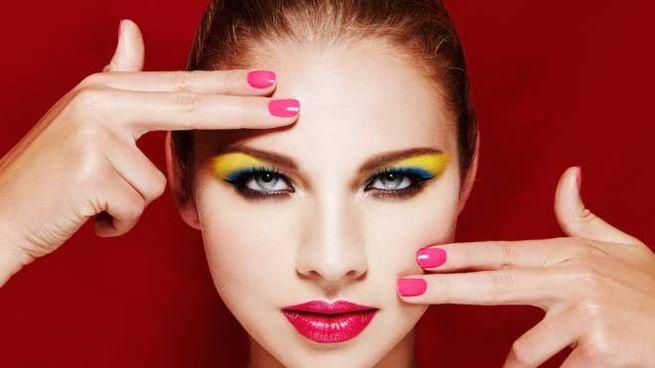 Gli occhi diventano protagonisti dell'estate con gli eyeliner colorati