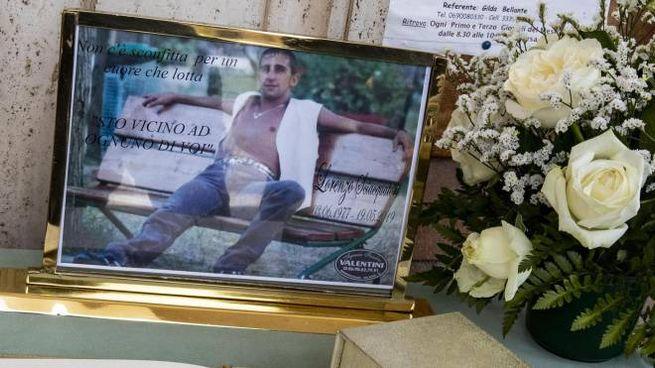 Una foto di Lorenzo Sciacquatori al funerale (Ansa)